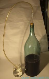 рожение вина под гидрозатвором