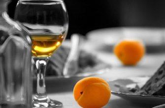 бокал вина на абрикосах