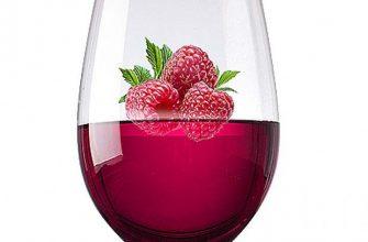 вино с малиной в бокале